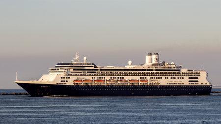 ROTTERDAM, NEDERLAND - 8 september 2012: Cruiseschip MS Rotterdam verlaat de haven van Rotterdam. Dit schip is een van de twee vlaggenschepen van de Holland Amerika Lijn.