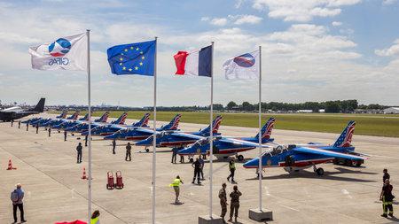 파리, 프랑스 -2002 년 6 월 23 일 : 파리 에어쇼 2017에서 Patrouille 드 프랑스 aerobatic 팀 앞에 프랑스와 EU 플래그 에디토리얼