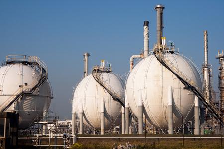 Granja esférica del tanque de gas en una refinería de petróleo.
