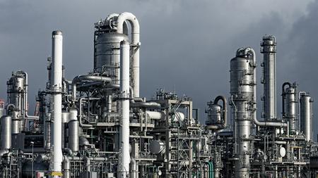 destilacion: Tubería en una planta industrial petroquímica Foto de archivo