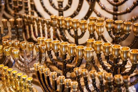 Menorah (traditionelle Kandelaber) Kerzen für den jüdischen Feiertag Chanukka zum Verkauf in einem Touristenladen in Jerusalem, Israel