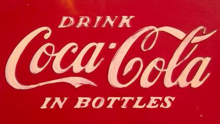 ROSMALEN, PAESI BASSI - 13 OTTOBRE: Un logo d'annata della coca-cola su una macchina della coca cola il 13 ottobre 2012 a Rosmalen, Olanda