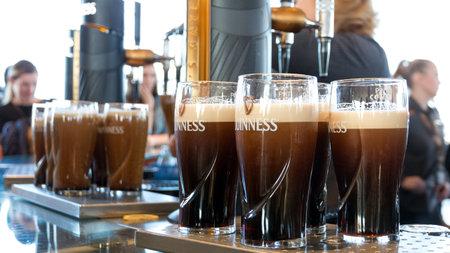 ダブリン、アイルランド - 2014 年 2 月 15 日: 2014 年 2 月 15 日にギネス醸造所でビールのパイントを楽しめます。スタウトの 250 万パイントが毎日醸造
