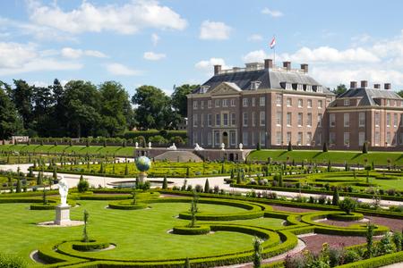 宮殿「het」と庭園があります。 アペルドールンオランダ) 写真素材