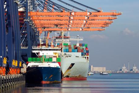 Les porte-conteneurs amarrés dans le port de Rotterdam, aux Pays-Bas.
