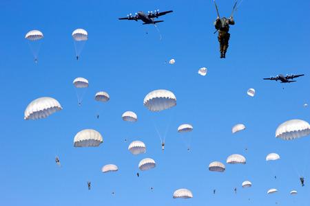 Fallschirmjäger fallen Standard-Bild - 87246652