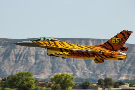 ZARAGOZA, SPANJE - MEI 20.2016: Speciale geschilderde Belgische Luchtmacht F-16 straaljager die van Zaragoza-luchtmachtbasis opstijgt tijdens de NAVO Tigermeet.