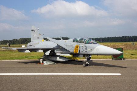 クライネ クラ BROGEL, ベルギー - SEP 13 2014: ハンガリー空軍サーブ jas-39 グリペン戦闘機平面クライネ クラ Brogel 航空基地の駐機場に。
