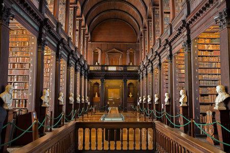 DUBLIN, IRLAND - 15. FEBRUAR 2014: Alte Bücher auf Regalen in der Bibliothek des langen Raumes im Dreiheits-College. Editorial