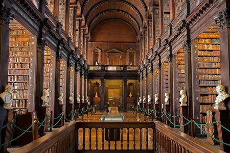 DUBLIN, IRLANDE - 15 février 2014: vieux livres sur des étagères dans la bibliothèque Long Room dans le Trinity College. Éditoriale