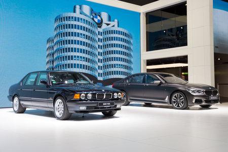 GENÈVE, SUISSE - 1er MARS 2016: BMW 750iL 1986 et BMW M760Li xDrive 2017 présentées au Salon international de l'automobile de Genève. Banque d'images - 91067353