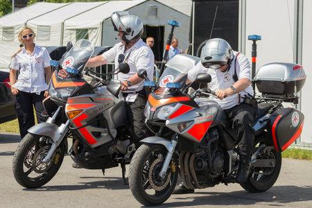 ベルリン - 2013年7月11日:ドイツの赤十字(ドイツ・ロテス・クロイツ)のオートバイとILAイベント中の人員。