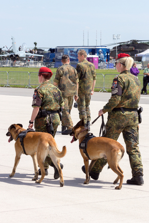 BERLIN - 11. JULI 2013: Deutsche Militärpolizei (Feldjäger) mit Schutzhunden während des ILA-Ereignisses.