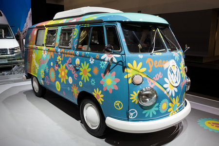Bruxelles - 10 gennaio 2018: Flower Power Volkswagen Transport camper van mostrato al Motor Show di Bruxelles.