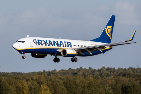 EINDHOVEN, THE NETHERLANDS - OCT 27, 2017: Boeing 737 airplane from Ryanair about to land on Eindhoven Airport. Imagens - 97090781