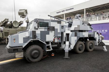 PARIS-LE BOURGET - 18 juin 2015: Thales RAPIDFIRE Mobile Multi-Role Ground-Based Gun System 40mm exposé au salon du Bourget. Banque d'images - 97090863