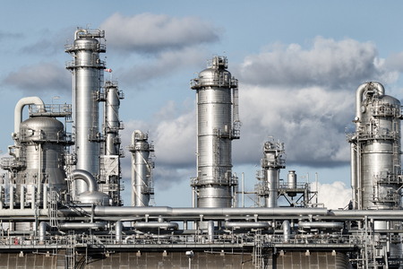 Leidingwerk van een olieraffinaderij. Stockfoto