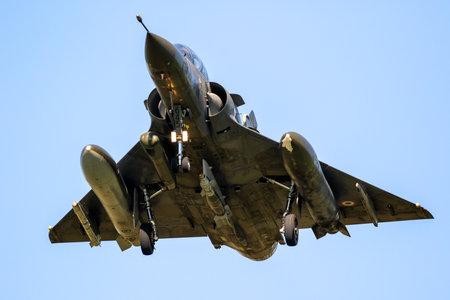 LEEUWARDEN, PAYS-BAS - 19 avril 2018: French Air Force Dassault Mirage 2000 fighter jet atterrissant sur la base aérienne de Leeuwarden pendant l'exercice Frisian Flag.