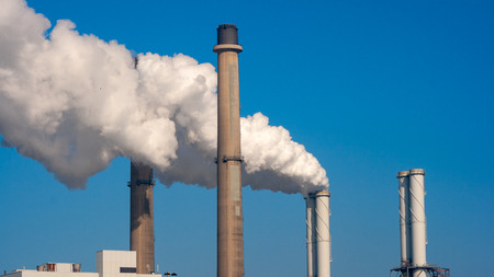 Air pollution from power station chimneys. Standard-Bild - 115414097