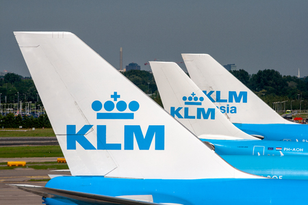AMSTERDAM, THE NETHERLANDS - JUN 27, 2011: KLM airlines passenger planes at the gates of Amsterdam Schiphol Airport. Redactioneel