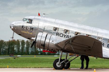 LEEUWARDEN, NEDERLAND - SEP 17, 2011: KLM Royal Dutch Airlines Douglas DC-2 vintage lijnvliegtuigvliegtuig op het tarmac van vliegbasis Leeuwarden.