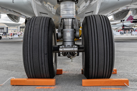 Close up of the nose landing gear on a passenger plane. Stockfoto