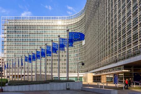 Brüssel, Belgien - 30. Juli 2014: Reihe von EU-Flaggen vor dem Gebäude der EU-Kommission in Brüssel.