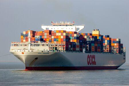 ANTWERPEN, BELGIEN - 12. MÄRZ 2016: Containerschiff OOCL Singapur, das ein Containerterminal im Hafen von Antwerpen verlässt.