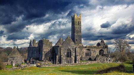 Quin Abbey ruin, County Clare, Ireland 免版税图像