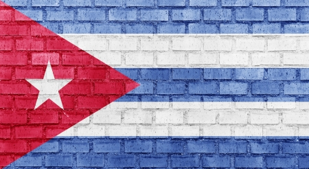 bandera cuba: La bandera de Cuba en una pared de ladrillo