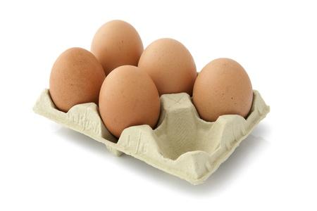 eier: F�nf Eier in der Packung auf wei�em Hintergrund