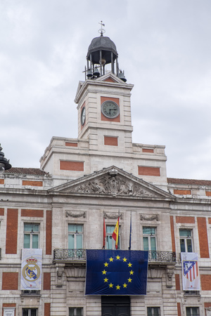 futbol: MADRID - MAY 5: The Atletico de Madrid team and the Real Madrid team will play de Final of the Champions Football League the 28th of May in Milan. The flags of the clubs, with the Europe Comunity flag, are showed at Puerta del Sol square, Madrid, Spain. M Editorial