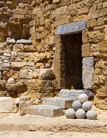 bombard: vecchia fortezza porto di pietra con palle di cannone