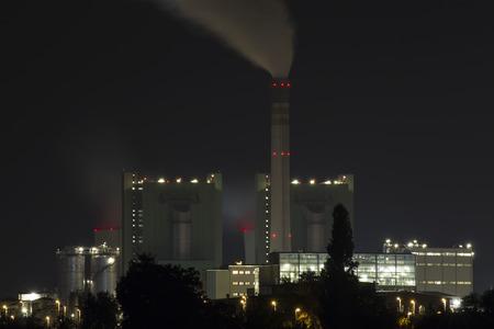 edificio industrial: tiro edificio industrial con la exposición del bulbo por una noche clara