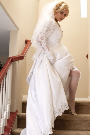드레스와 계단에 아름 다운 신부 하이킹.