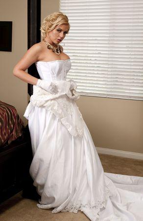 그녀의 침실에서 옷을 벗기는 아름다운 풍만 신부
