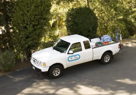 camioneta pick up: Cami�n de servicio de mantenimiento de piscina. (signo de uncopyrighted gen�rico elementos)  Foto de archivo