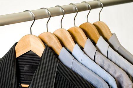 dry cleaned: Abito camicie su portabiti in legno.