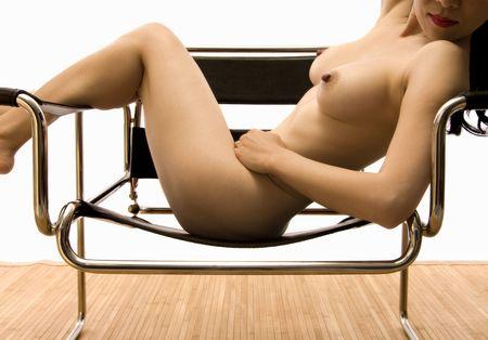naked woman back: Sch�nen asiatischen Nude verf�hrerisch draped across ein Kandinsky-Chair