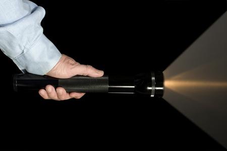 vigilante de seguridad: Aplicaci�n de seguridad o de la ley con una linterna en la oscuridad