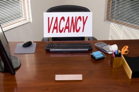 vacante: Escritorio con un signo de vacantes.  El texto de la placa en blanco.  Gran para temas de HRempleodesempleo. Foto de archivo