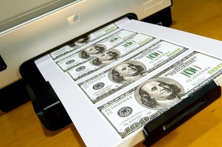 dinero falso: Imprimir en una impresora de escritorio principal de dinero. Foto de archivo