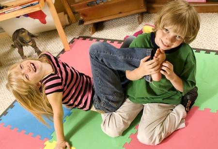 cordialit�: Adorabile gemelli wrestlingpartita keep-via al piano della sala giochi.