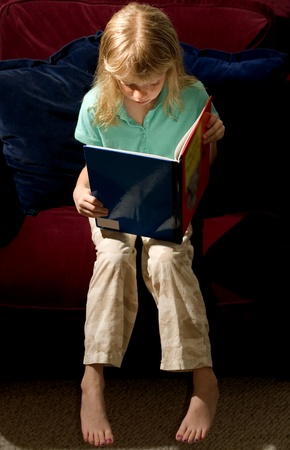 Kind lesen  Standard-Bild - 9267667