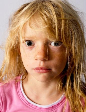 zerzaust: Missmutig, w�tend oder traurig M�dchen mit zerzausten Haar Lizenzfreie Bilder