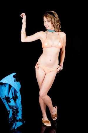 nue plage: Jeune fille enlevant une enveloppe de plage  sarong.
