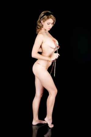 nue plage: Jeune fille posant dans un bikini string et le déliement de son haut