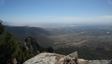 View of Albuquerque New Mexico from the top of the Sandia Mountains looking west. Banco de Imagens - 103632113