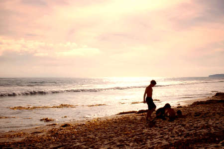 Sunset Beach at San Clemente, with silhouette of kids playing in the sand. Standard-Bild