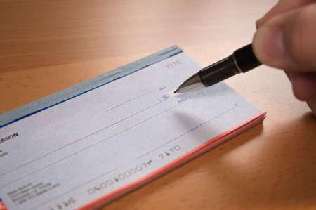 Sign the check Standard-Bild